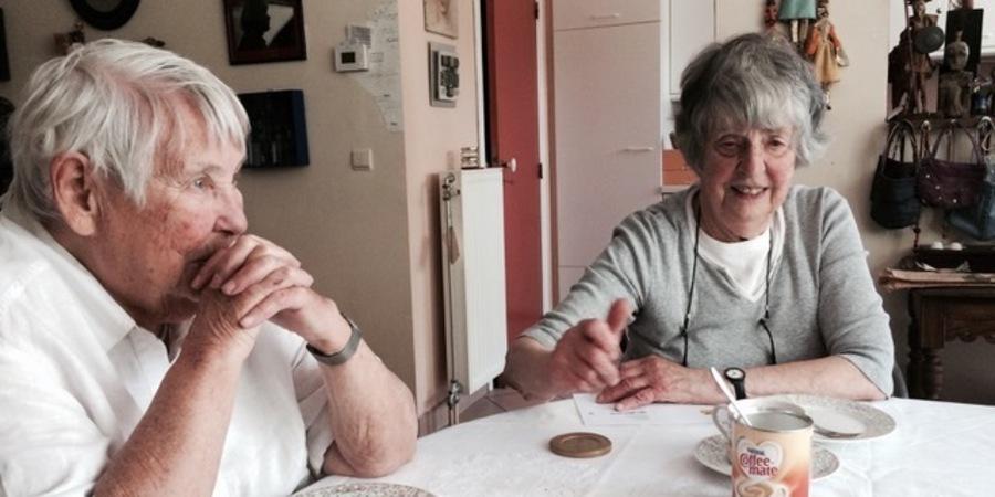 Lutgart De Meyer (rechts) met haar zus Mimi.