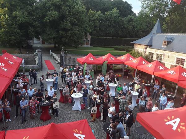 Een beeld van het middenplein aan kasteel Veltwijck met tentjes en veel nieuwe inwoners