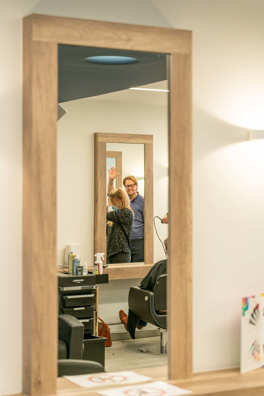Dave zwaait in de spiegel