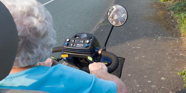 senior op een scootmobiel