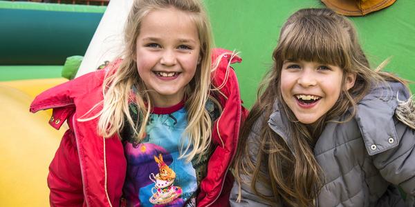 Twee meisjes op een springkasteel