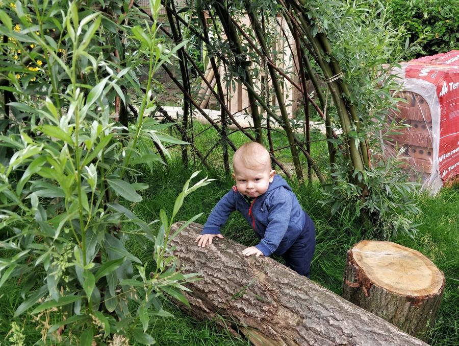 Jongetje speelt in wilgenhut