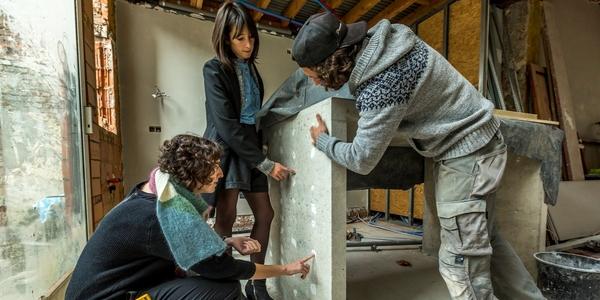 Mensen bekijken grondige verbouwingswerken in huis