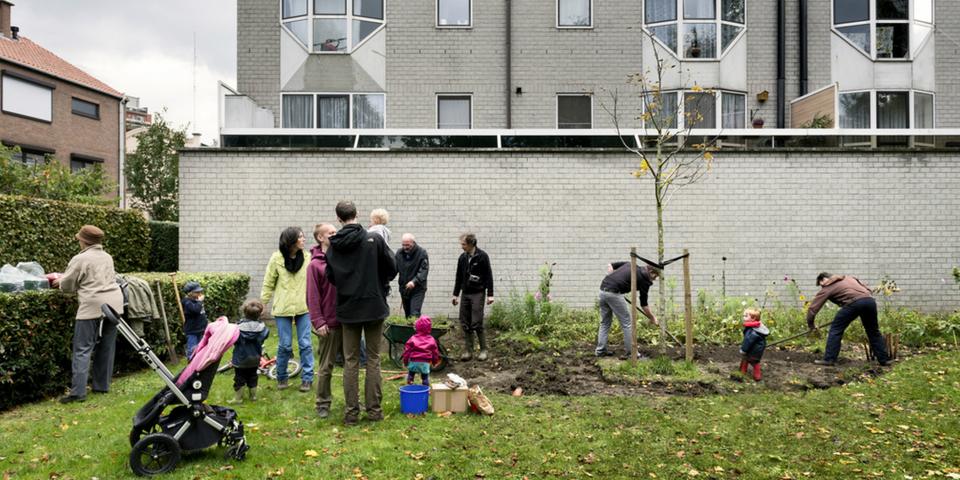 Buren beplanten samen een braakliggend terrein.