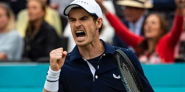 De bekende Britse toptennisspeler Andy Murray balt zijn vuist na een gewonnen punt