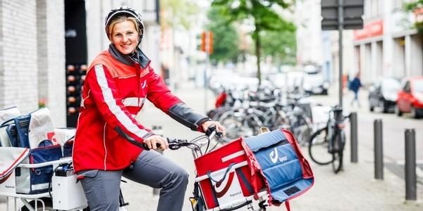 Postbode poseert op fiets
