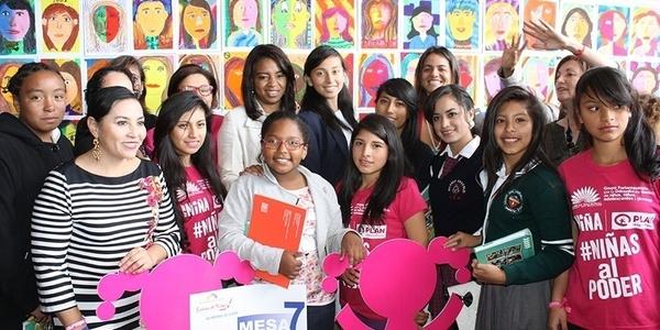 groep kinderen en jongeren uit Ecuador lachen naar de camera