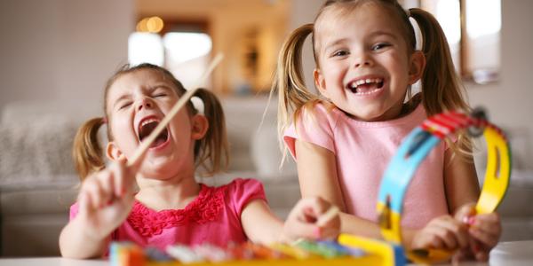 Twee meisjes maken muziek