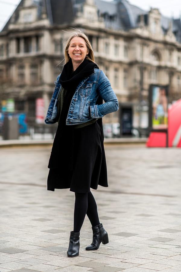 Dame loopt al glimlachend over het Operaplein
