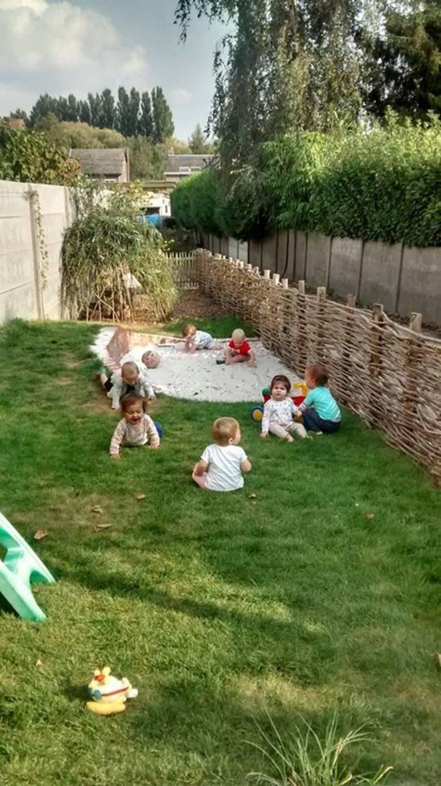 Baby's en peuters op het gras en in de zandbak
