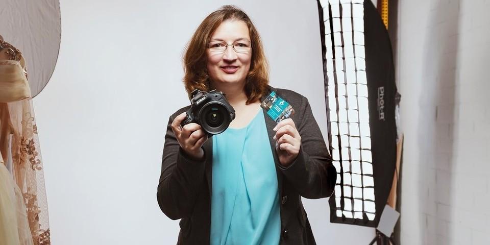 fotografe Jacqueline Lopez poseert met haar fototoestel