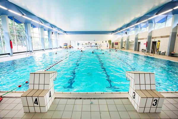 Overzichtsfoto, van het grote bad in zwembad Ieperman, gezien van op de startblokken.