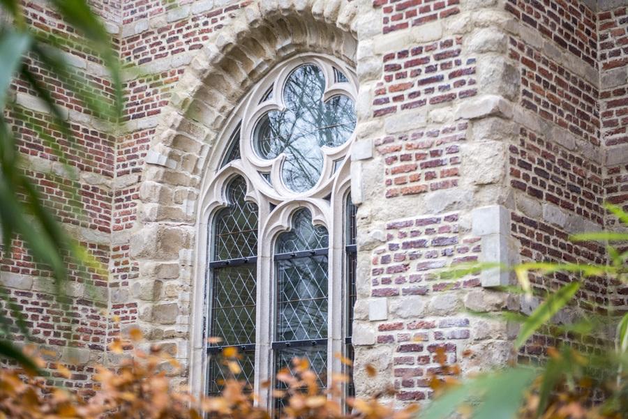 Gerestaureerd boograam van de kerk Brabantse Olijfberg