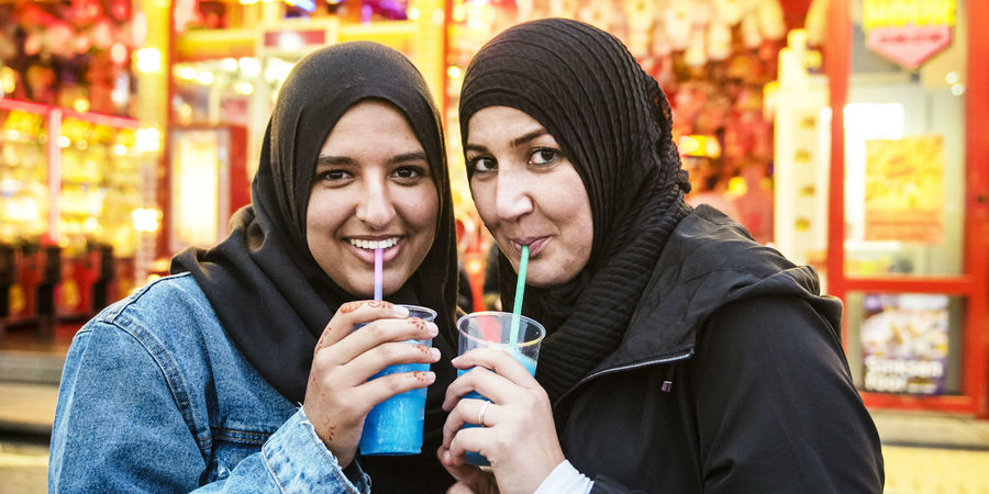 Twee moslima's drinken een frisdrank