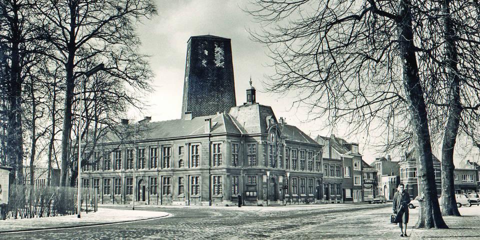 Van 1925 tot 1973 stond er achter het gemeentehuis een 32 meter hoge toren. Het was een overdekte staande dubbele wip. Binnenin schoten boogschutters naar een doel bovenaan de toren.