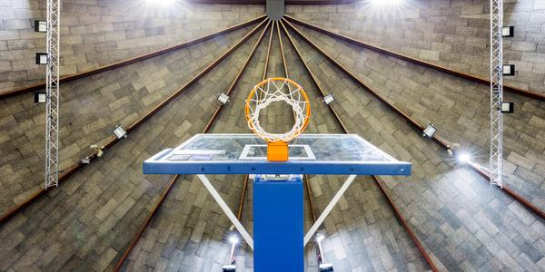 basketbalring in kikkerperspectief