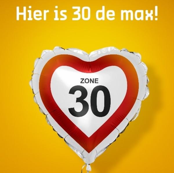 Hier is de 30 de max met daaronder hartvromige ballon met zone 30 verkeersbord op