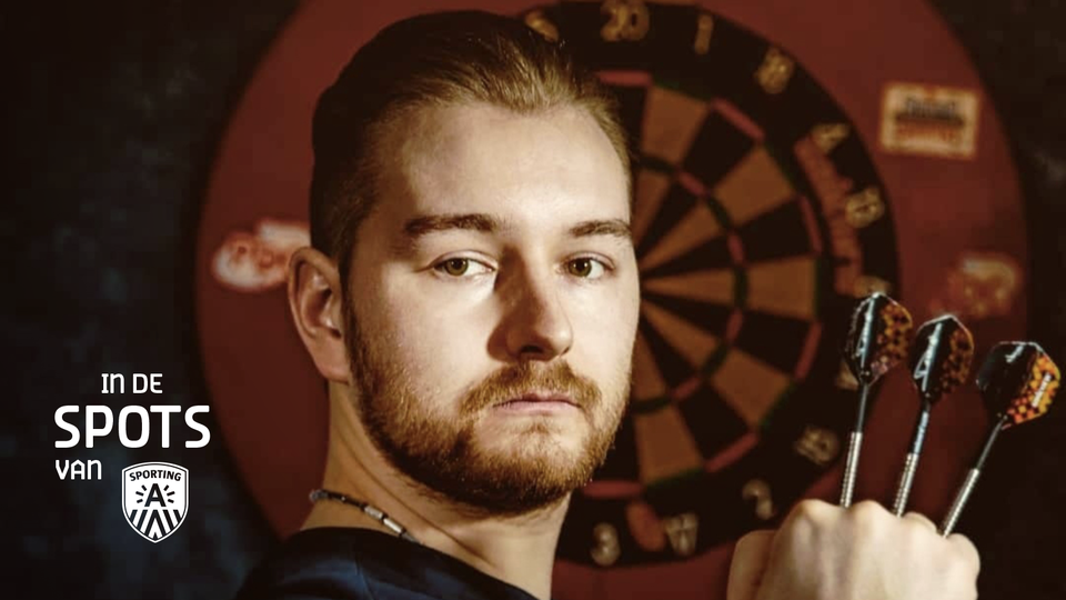 Antwerps dartskampioen Dimitri Van den Bergh met dartspijltjes in de hand