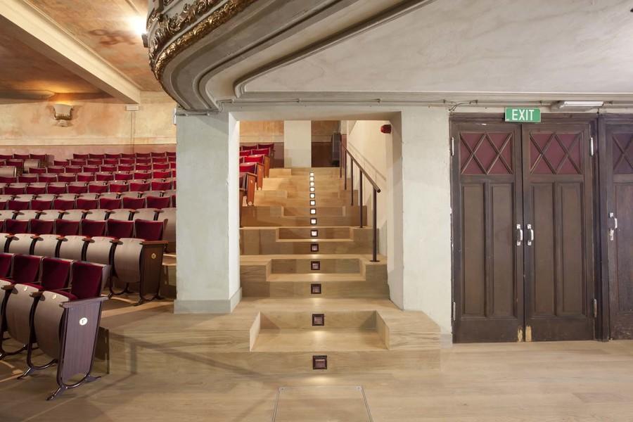 In de balkontreden werd verlichting geïntegreerd. De oude houten plankenvloer werd vervangen door hoogwaardig parket.