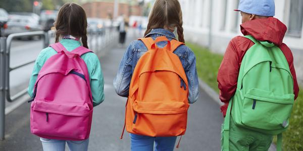 Leerlingen wandelen op het voetpad