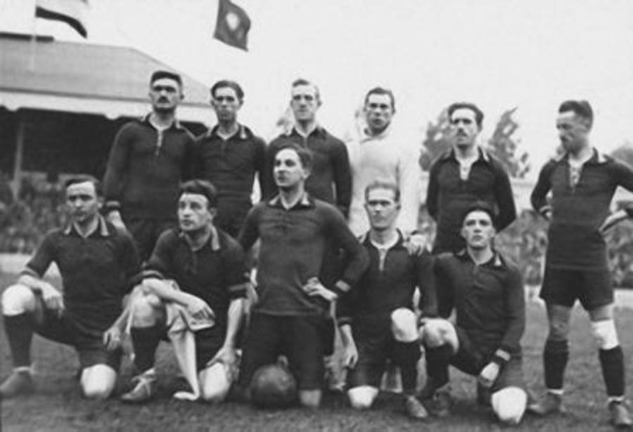 Ploegfoto Belgische voetbalploeg tijdens Olympische Spelen 1920