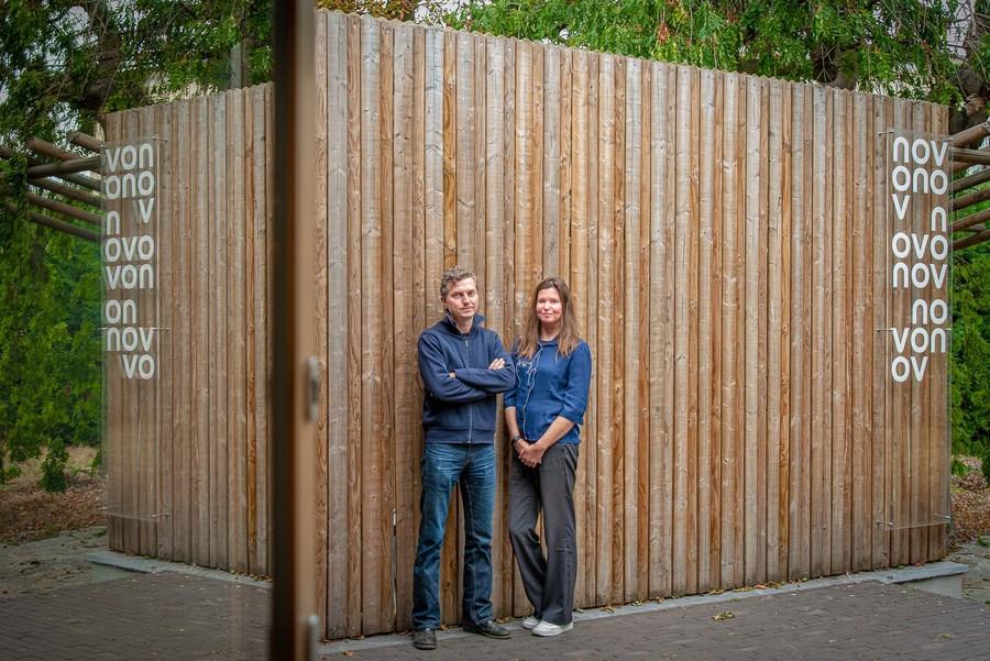 Benjamin en Liesbeth aan de houten schutting in de tuin