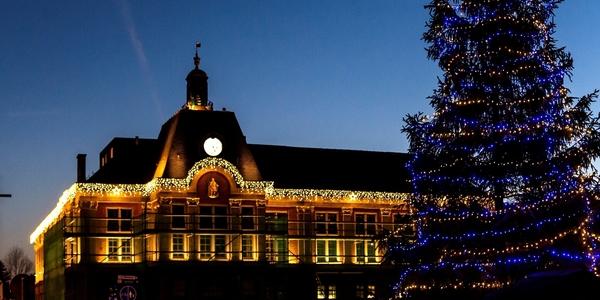 De gevel van het districtshuis van Wilrijk, versierd met kerstverlichting