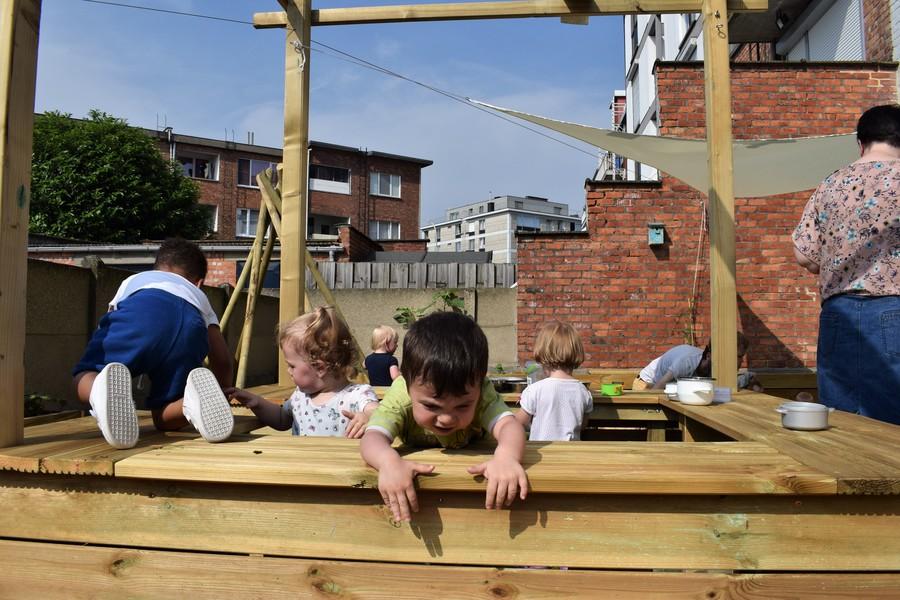 Kinderen klimmen op buitenkeuken
