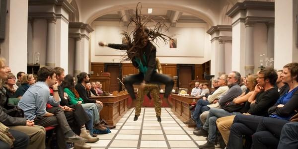 dansende acteur van De Waarheidscommissie