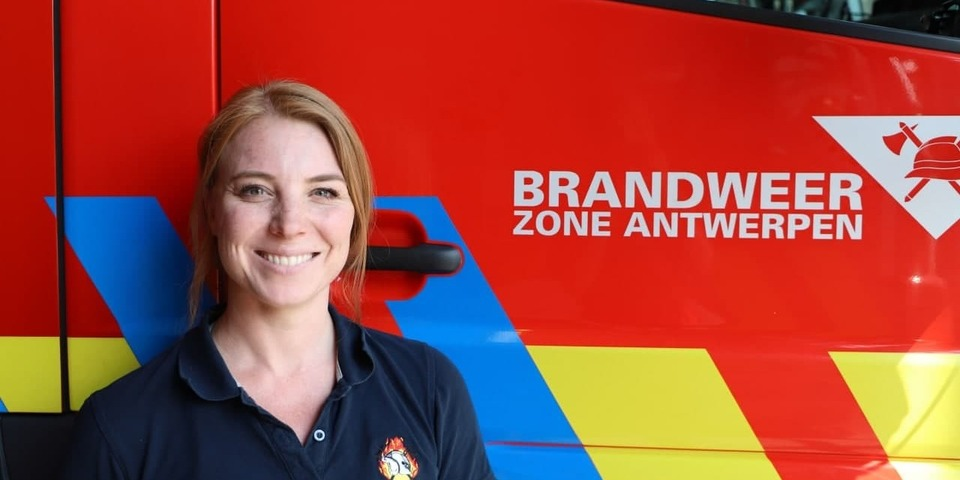 Agnetha voor een brandweerwagen
