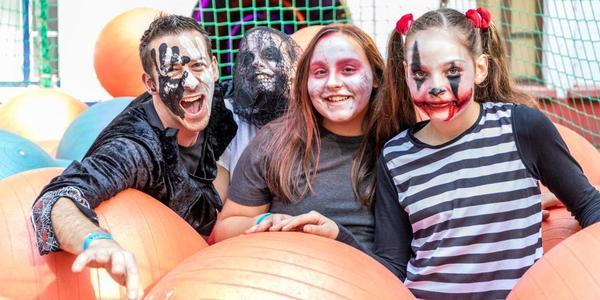 deelnemers in het ballenbad tijdens de Halloween Survival Run