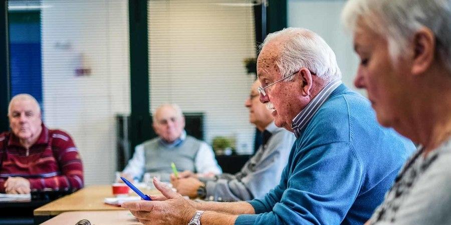 Voorzitter seniorenraad spreekt zijn leden toe