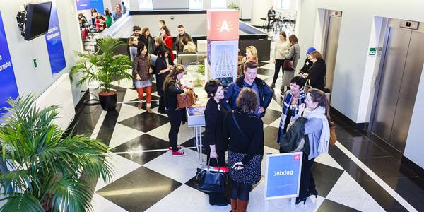 Bezoekers tijdens de Jobdag in het gebouw Den Bell
