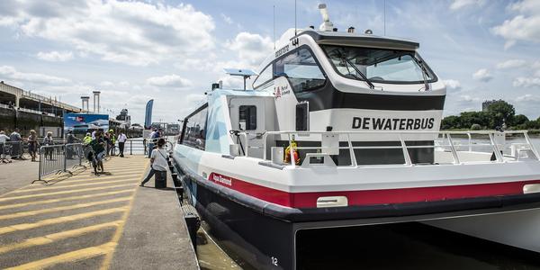 Waterbus aan het ponton Steenplein
