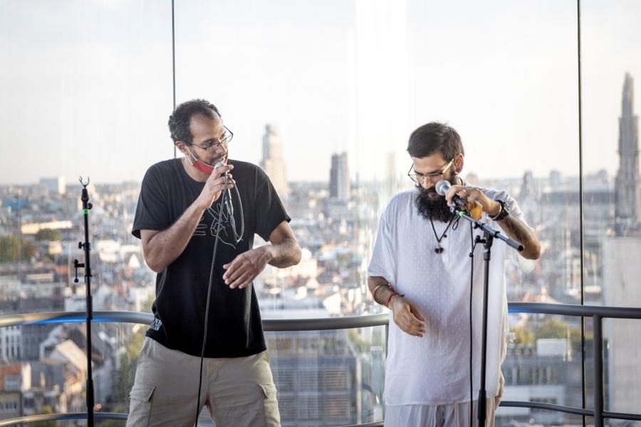 Stadsdichter Seckou en een andere rapper staan achter de micro