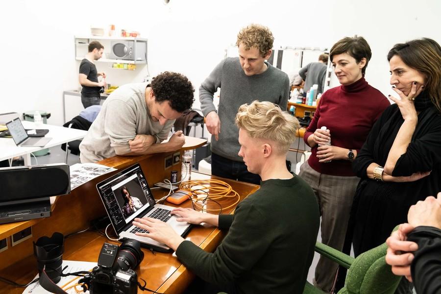 Het team keurt de foto's van de fotoshoot