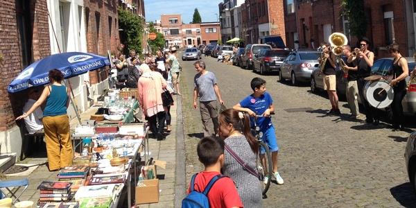 Een beeld van de feestelijke rommelmarkt in de Wilrijkse Valaarwijk.