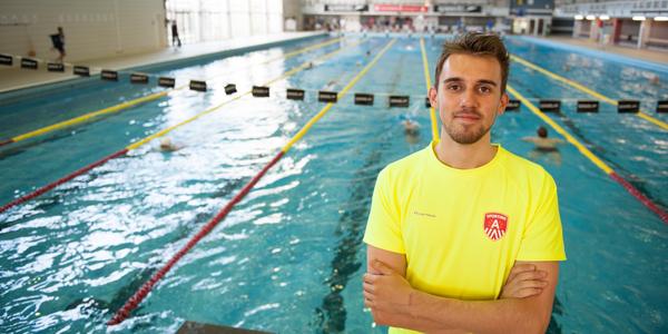 Lukas, redder-jobstudent, staat in zwemcentrum Wezenberg Antwerpen