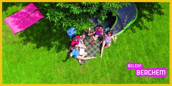 Een gezin kampeert in een park.