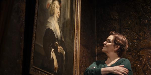Anne Mie Gils bij het schilderij van Hélène Fourment