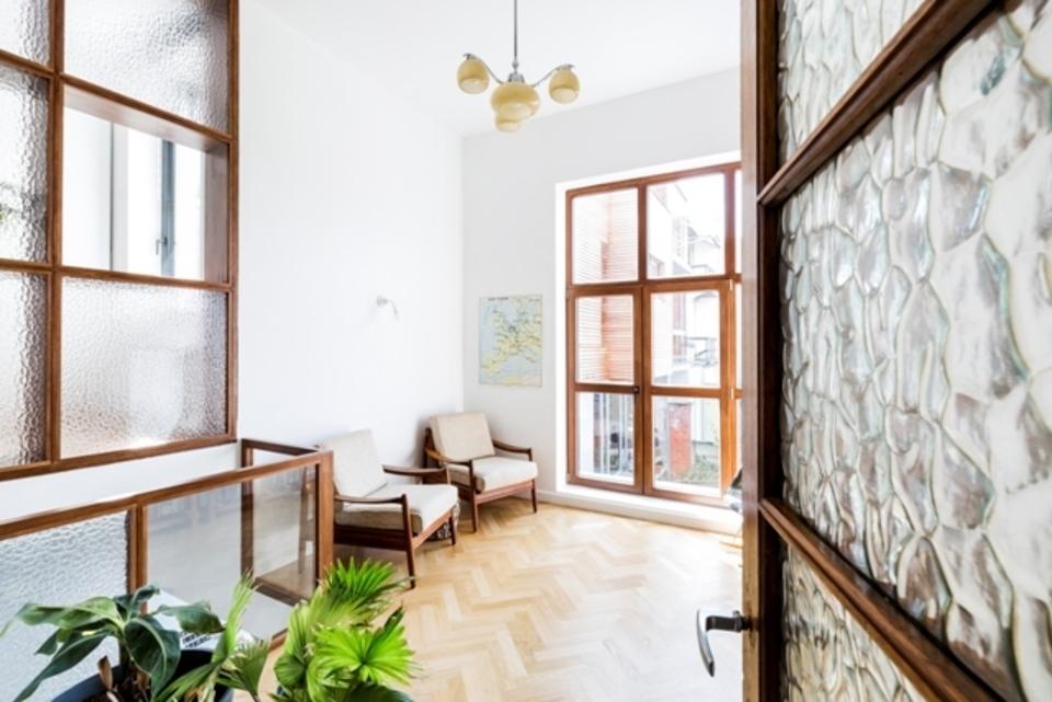 Architectenwoning Walter Van den Broeck: In het atelier is een doorkijk gecreëerd  naar het gelijkvloers (links op de foto). Dit verbindt de 2 ruimtes met elkaar.
