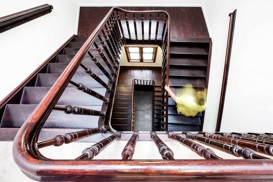 De authentieke traphal werd gerestaureerd en het houtwerk werd hersteld waar nodig.