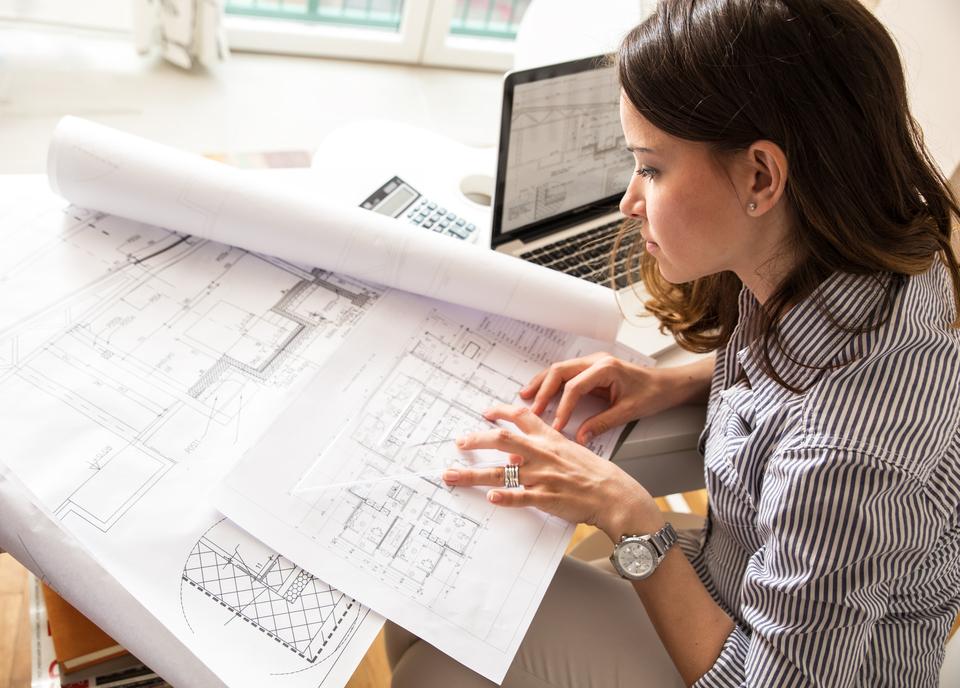 Een architect bekijkt een plan.