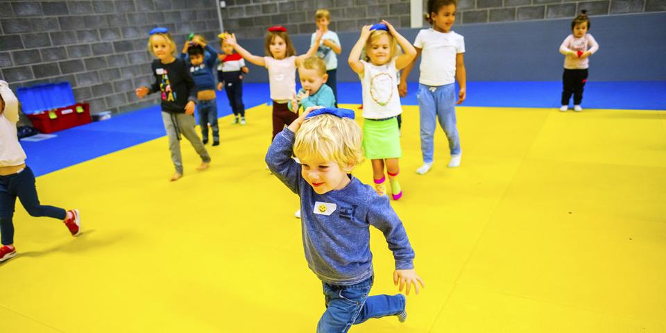 Kinderen die een evenwichtspelletje aan het spelen zijn tijdens de Antwerpse Sportweken in de herfstvakantie 2018