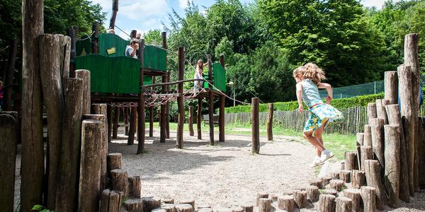 Kinderen spelen in een speeltuin.