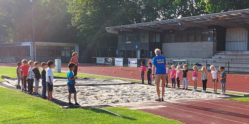 leerlingen tijdens een sportinitiatie