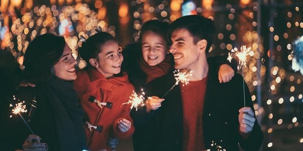Een gezin met vuurstokjes