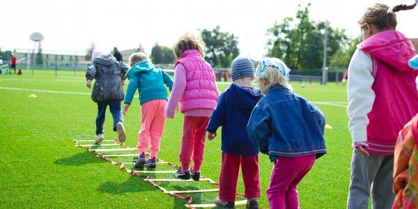 Kinderen spelen en sporten in een sportladder