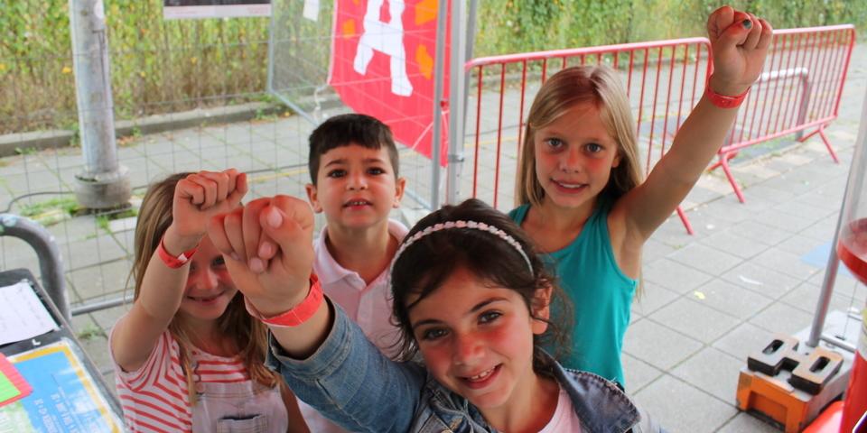 Kinderen laten hun rood bandje zien