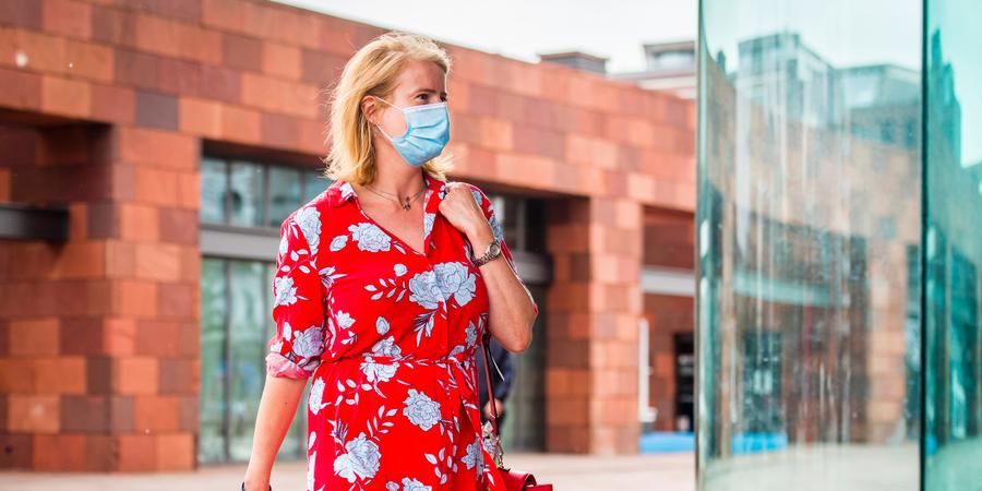 Vrouw draagt mondmasker